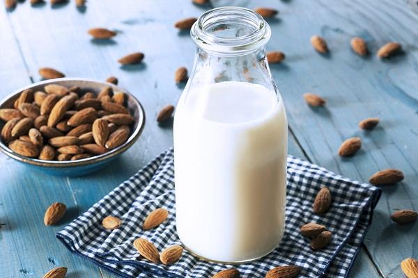 làm sữa hạnh nhân cho bé